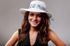 有白色帽子的愉快的妇女 免版税库存图片