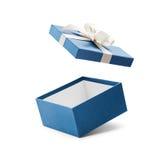 有白色弓的蓝色开放礼物盒 免版税库存照片