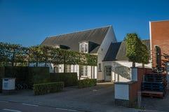 有白色房子的在日落和蓝天的街道和野生植物在蒂尔特 免版税图库摄影