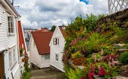 有白色房子的街道斯塔万格的老部分的 图库摄影