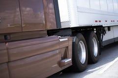 有白色拖车的半布朗大船具卡车专业lon的 库存图片