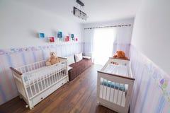 有白色摇篮的明亮的婴孩室 图库摄影