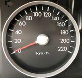有白色数字和红色箭头的灰色汽车车速表 免版税库存图片