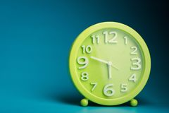 有白色数字的绿色时钟 免版税库存照片