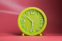 有白色数字的绿色时钟 库存照片