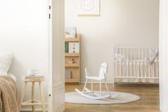 有白色木小儿床的斯堪的纳维亚托儿所,有拷贝空间的 库存图片