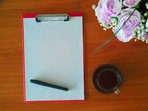 有白色板料和黑笔的剪贴板和一个杯子热的咖啡 图库摄影