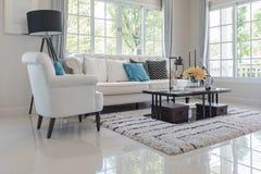 有白色枕头的豪华客厅在经典样式沙发 免版税库存照片
