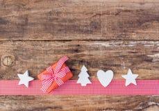 有白色标志装饰的红色圣诞节礼物盒 库存照片