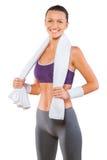有白色棉花毛巾的一个微笑的女运动员 库存图片