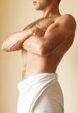 有白色毛巾的强的年轻人躯干 免版税库存图片