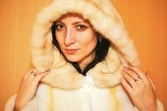 有白色毛皮的一名诱人的妇女 免版税库存照片