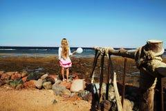 有白色气球的小女孩 免版税库存照片