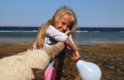 有白色气球的小女孩 免版税库存图片