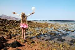 有白色气球的小女孩 库存照片