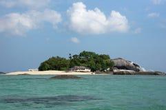 有白色沙子海滩的小海岛和蓝绿色海洋围拢的自然花岗岩岩石和绿色植被浇灌,勿里洞岛 库存图片