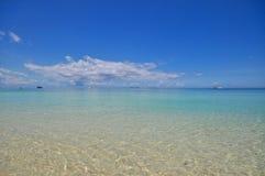 有白色沙子的蓝色风平浪静 免版税图库摄影