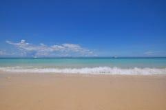 有白色沙子的蓝色风平浪静 免版税库存照片