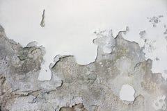 有白色油漆的损坏的老墙壁 库存照片