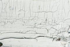 有白色油漆的木墙壁严厉地被风化和削皮 免版税图库摄影