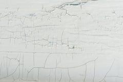 有白色油漆的木墙壁严厉地被风化和削皮 免版税库存照片
