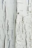 有白色油漆的木墙壁严厉地被风化和削皮 免版税库存图片