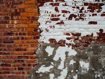 有白色油漆的老砖墙 免版税库存照片