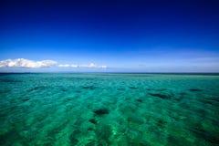 有白色海滩的美丽的斐济环礁海岛 图库摄影