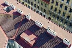 有白色烟囱的铺磁砖的屋顶 免版税图库摄影