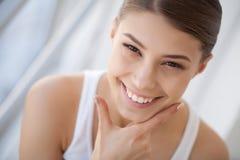 有白色牙微笑的画象美丽的愉快的妇女 beauvoir 库存照片