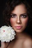 有白色牡丹的年轻美丽的妇女 库存照片