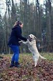 有白色狗的女孩 免版税库存照片