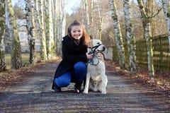 有白色狗的女孩 免版税库存图片