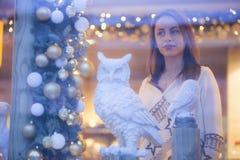 有白色猫头鹰的孤独的妇女 库存照片
