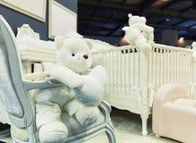 有白色玩具熊的婴孩卧室 库存照片