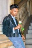 有白色玫瑰的男孩 库存图片