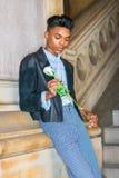 有白色玫瑰的男孩 免版税库存照片