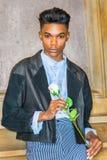 有白色玫瑰的男孩 库存照片