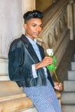 有白色玫瑰的男孩 免版税图库摄影