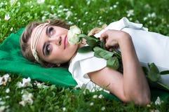 有白色玫瑰的美丽的女孩 图库摄影