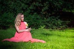 有白色玫瑰的美丽的女孩 免版税库存照片