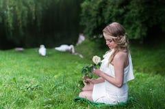 有白色玫瑰的美丽的女孩 库存图片