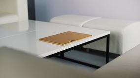 有白色现代新的品牌家具的干净的轻的室有稀薄的金黄箱子的 影视素材