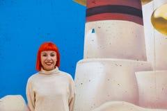 有白色球衣的可爱的红色头发女孩 免版税库存图片