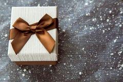 有白色盖子的美丽的棕色礼物盒 图库摄影