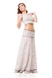 有白色礼服的年轻可爱的妇女 免版税库存照片