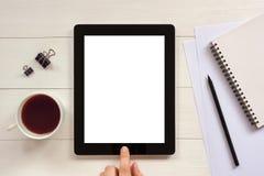 有白色空白的空的屏幕的数字式片剂在木办公室de 库存照片
