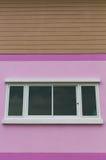 有白色窗口的桃红色墙壁 免版税库存照片