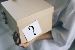 有白色笔记问号的箱子-使概念惊奇 免版税库存图片