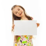 有白色纸片的逗人喜爱的小女孩 免版税库存照片